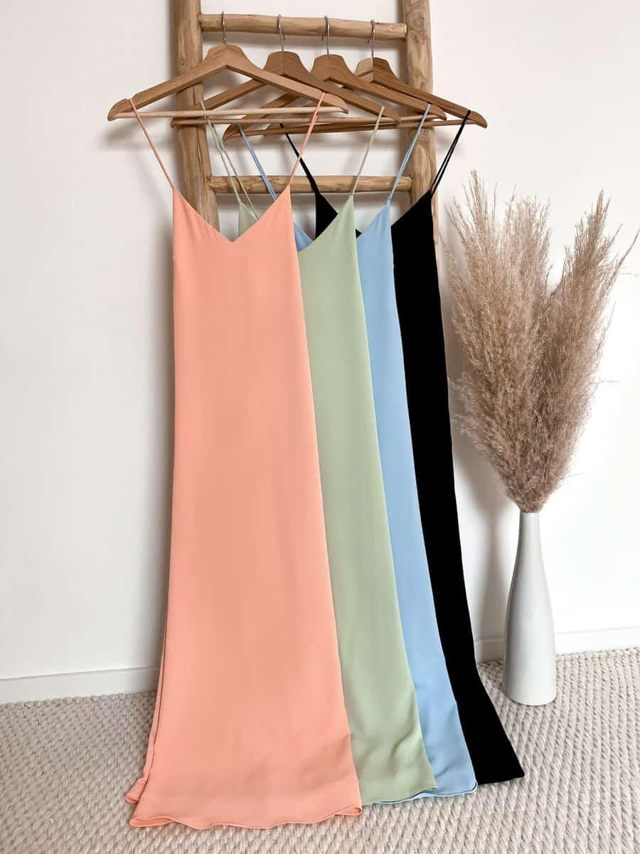 angenehm weiches Midi Kleid mit Spaghettiträgern und Schlitz - Vazzola Fashion Onlineshop